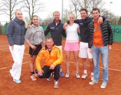 "V.l.n.r. Sarah Gronert, Lynn Schönhage, Jan Wouter Roep, Elke Tiel, Marc IJzerman, Paul Haarhuis en onder ""Coach"" Martin Olden."