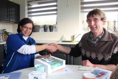 Karin van Heuven-van Kats feliciteert veehouder Herman Reilink uit Bathmen en overhandigt de bijbehorende taart.