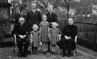 Deze foto is rond 1950 gemaakt. V.l.n.r. achter: Hendrik Ribbink en Berendina Johanna Ebbink, voor Jan Ebbink, Mini, Gerda en Janny Ribbink en Gerritdina Johanna Lijzen.