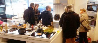 Smullende bezoekers die alles over de hetelucht friteuses willen weten.