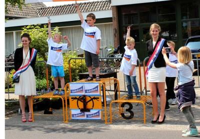 Het podium van de dikke bandenrace 2014. Jongens in de leeftijd 4-6 jaar: 1. Jens Rozeveld uit Lochem; 2. Mathijs Wissink uit Exel; 3. Leon Meesterberends uit Holten.