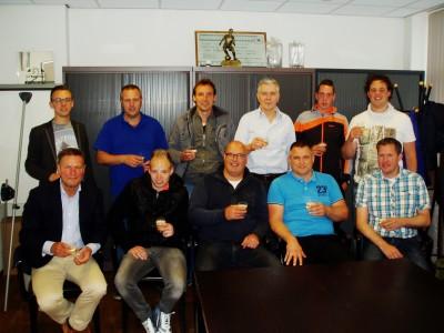 Na ondertekening van de contracten heft een deel van de trainers het glas op een sportief en succesvol seizoen 2015-2016.