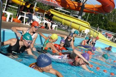 Deelnemers aan de 1/4 triathlon zwemmen 40 banen, 1/8 triathlon is 20 banen. (Foto: Rob van Putten.)