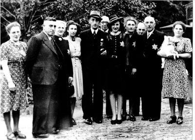 Deze foto werd genomen bij het trouwen van Leny Polak. Van links naar rechts: Line Polak, dhr. en mw. De Leeuw (Winterswijk), Sientje Polak-Pachrach, (echtgenote van Lion Polak), Hartog de Leeuw (bruidegom), Jacob Polak, Leny de Leeuw-Polak, moeder Mien Polak-Frankenhuis, Jozua Polak, David Polak en Jo Polak met Leny's hondje Loekie. Enkelen van hen worden nu herdacht met een Struikelsteen. (Foto: Lion Polak.)